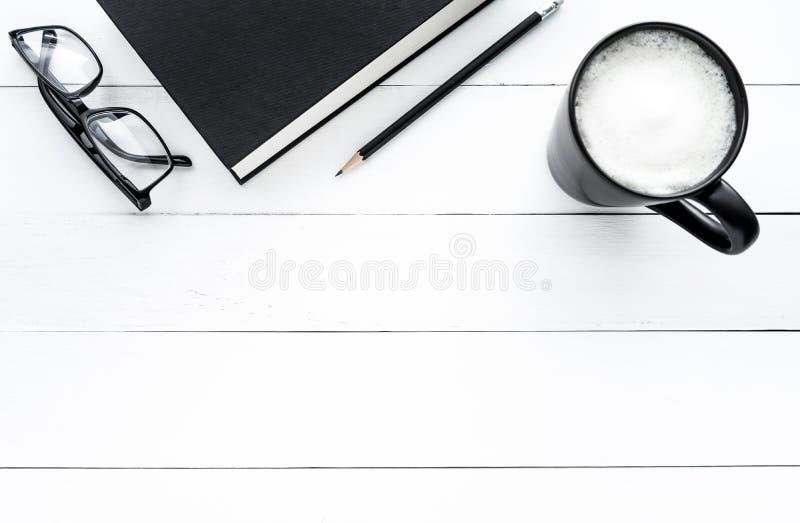 Odgórnego widoku biurka biuro z książką, ołówek, kawa, szkła w bielu stole fotografia royalty free