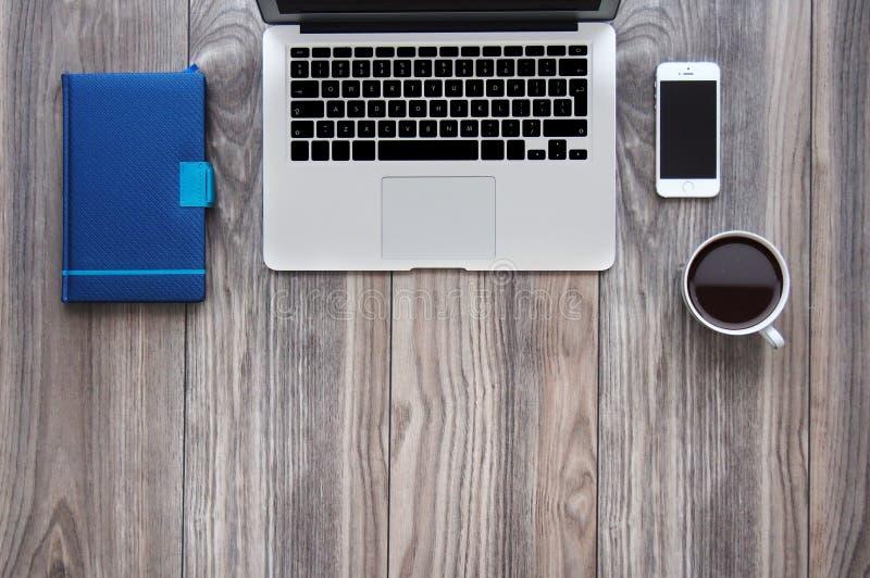 Odgórnego widoku biurowego biurka mockup z laptopem, smartphone, kawą i notepad, obraz royalty free