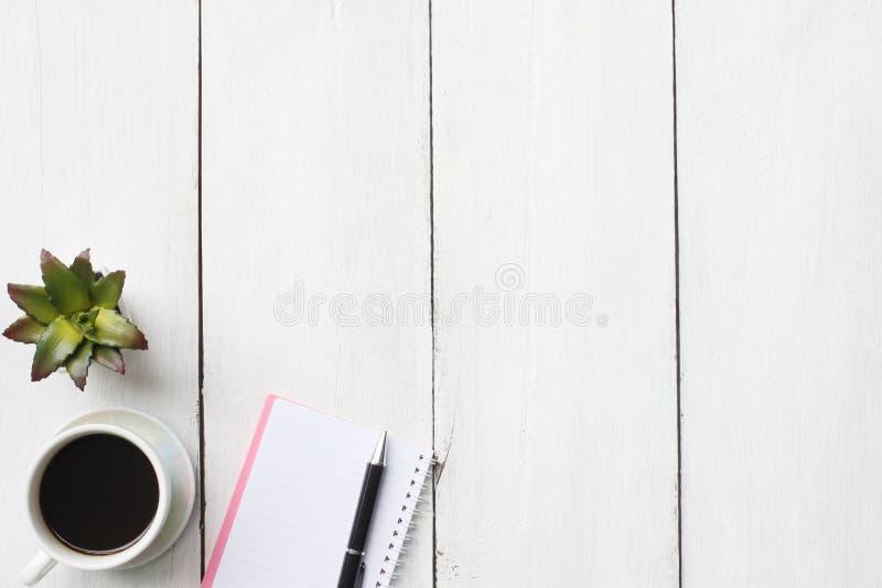 Odgórnego widoku biznesowego pojęcia kawowy kubek i dostawy na białym woode obraz stock