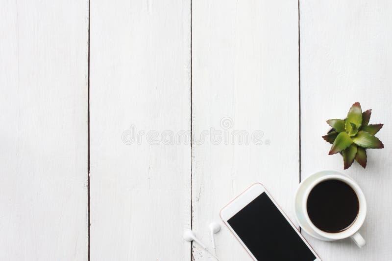 Odgórnego widoku biznesowego pojęcia kawowy kubek i dostawy na białym woode zdjęcie royalty free