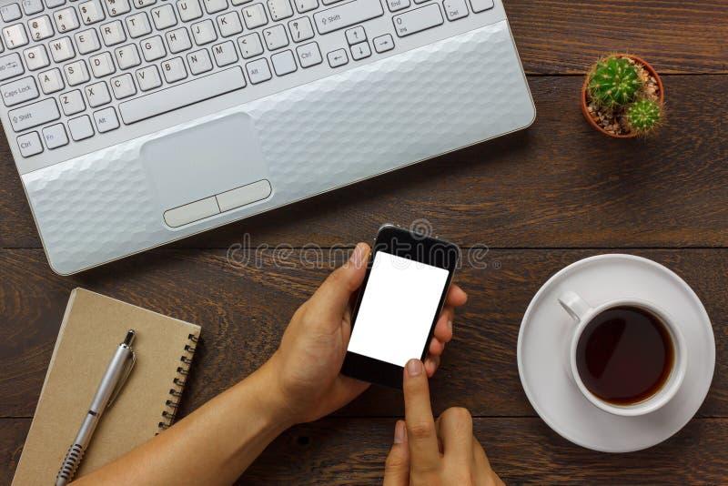 Odgórnego widoku biznesowy mężczyzna używa telefon komórkowego i kawę, laptop, notatka fotografia stock