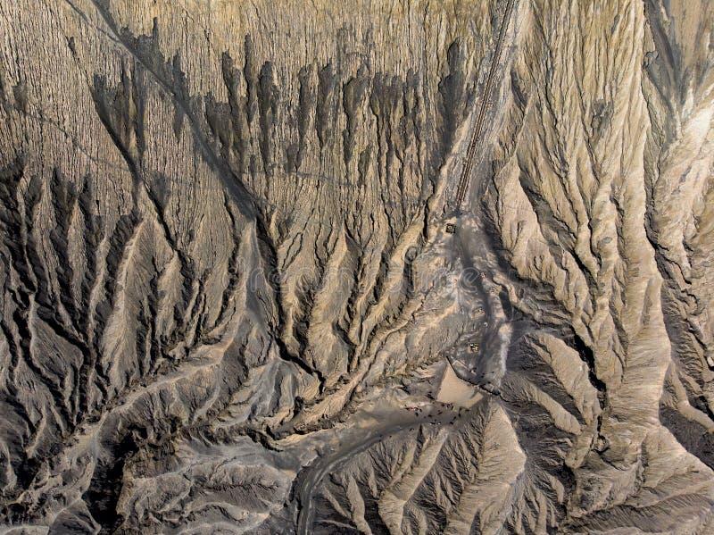 Odgórnego widoku brązu krateru wulkanu aktywny textured obraz royalty free