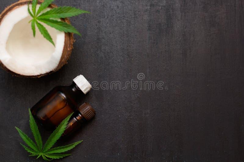 Odgórnego widoku butelki z koksu i marihuany olejami z połówką koks fotografia royalty free