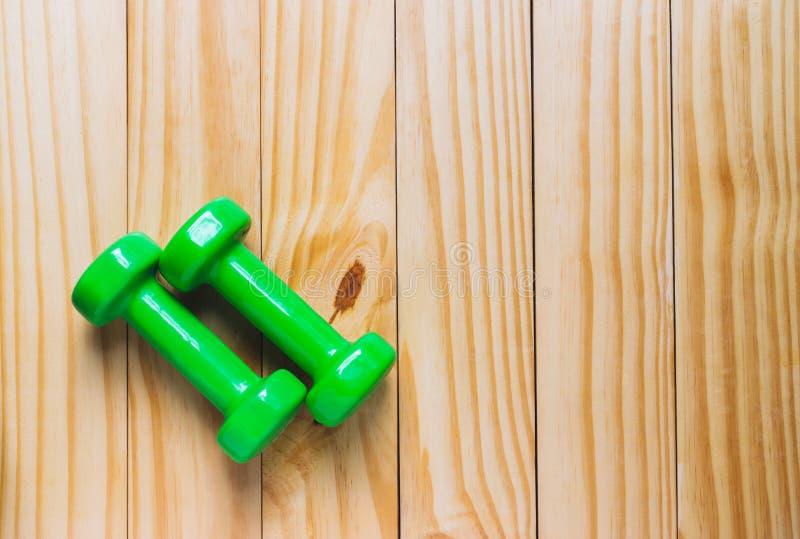 Odgórnego widoku dumbbells z mierzyć dla diety lub sporta ćwiczenia pojęcia na drewnianym tle zdjęcia royalty free