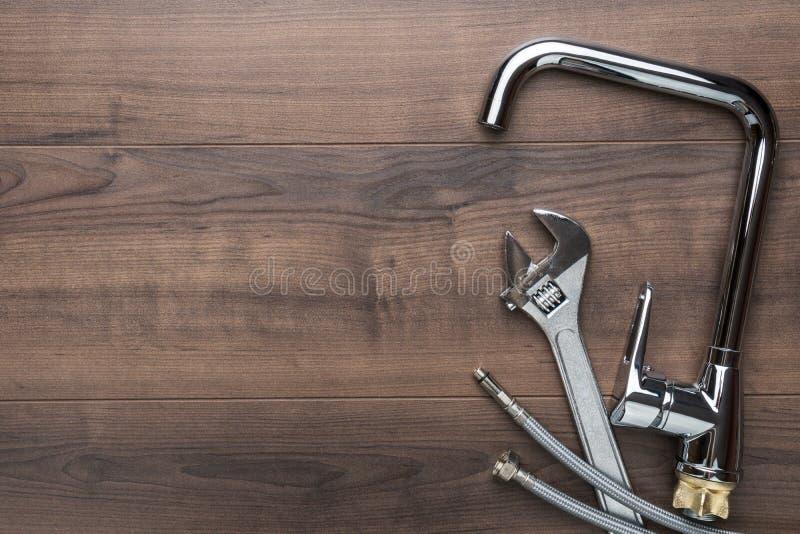 Odgórnego widoku fotografia instalacji wodnokanalizacyjnych narzędzia nad drewnianym tłem z kopii przestrzenią obrazy stock