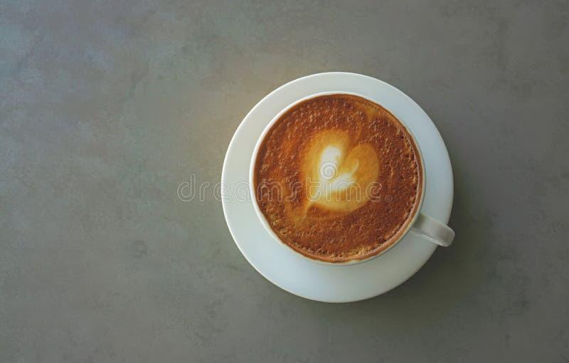 Odgórnego widoku i kopii przestrzeń smakowity pić, filiżanka dekorująca z serce wzorem na brązu mleku capuccino kawa spienia w bi fotografia royalty free
