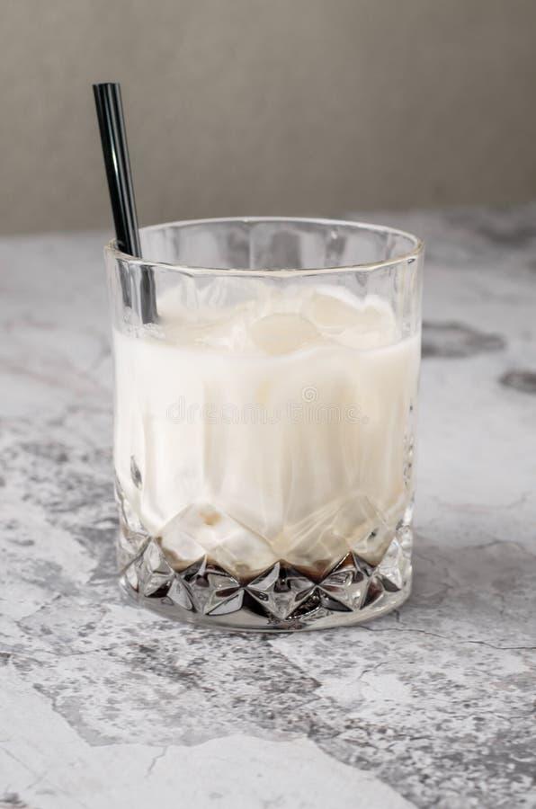 Odgórnego widoku kawowy koktajl, Czarny rosjanin, trunek w szkłach z kawowymi fasolami na szarym tle, beton, selekcyjny fotografia royalty free