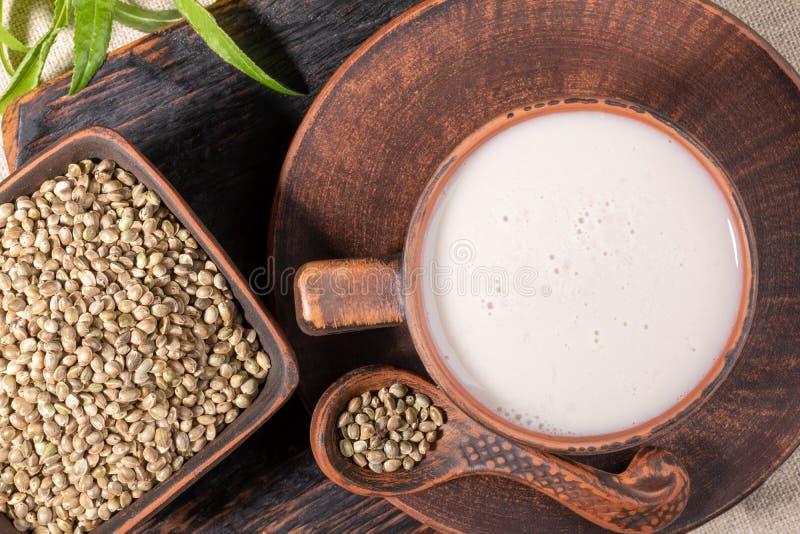 Odgórnego widoku konopie adra w brązu ceramicznym crockery i mleko obraz royalty free