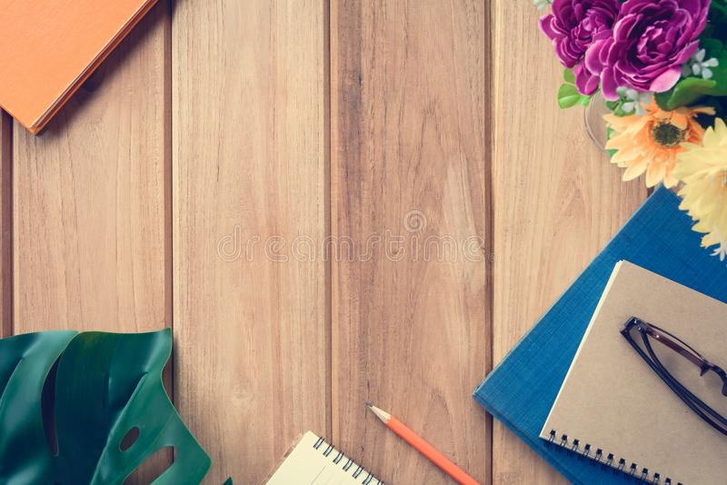 odgórnego widoku książka i ołówek notatka na drewno stole zdjęcia royalty free