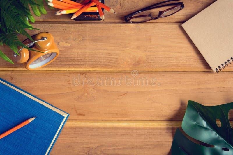 odgórnego widoku książka i ołówek notatka na drewno stole fotografia stock