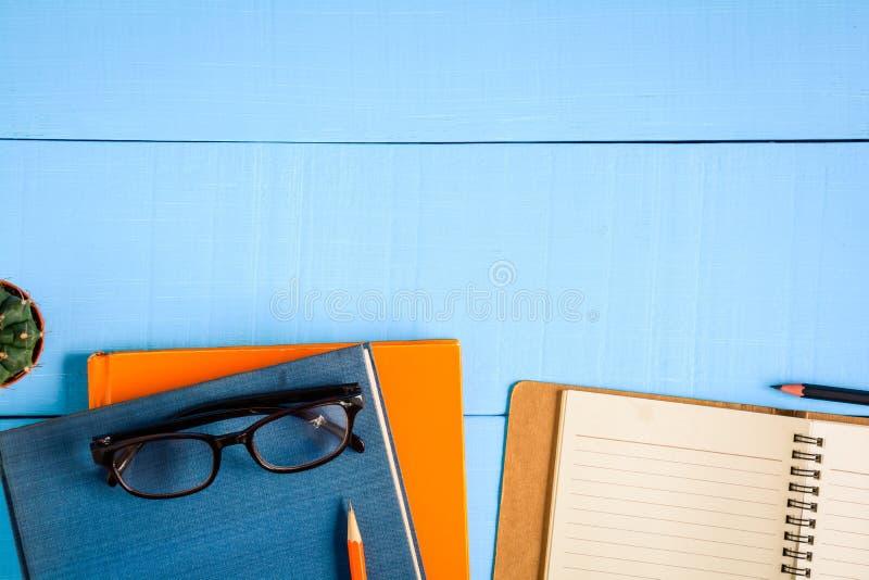 odgórnego widoku książki mockup i ołówek notatka na błękitnym drewno stole zdjęcia royalty free