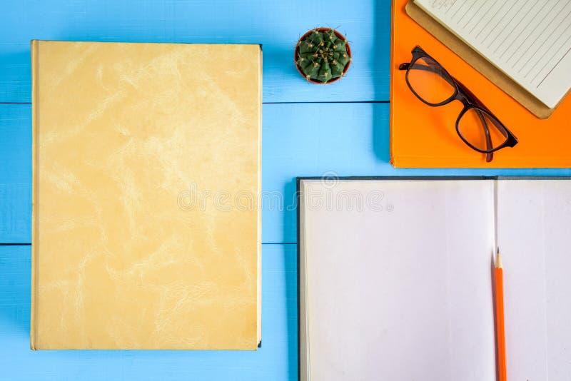 odgórnego widoku książki mockup i ołówek notatka na błękitnym drewno stole fotografia royalty free