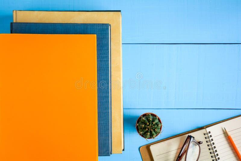 odgórnego widoku książki mockup i ołówek notatka na błękitnym drewno stole zdjęcie stock