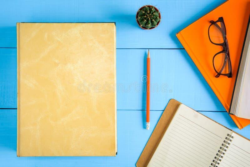 odgórnego widoku książki mockup i ołówek notatka na błękitnym drewno stole obrazy royalty free