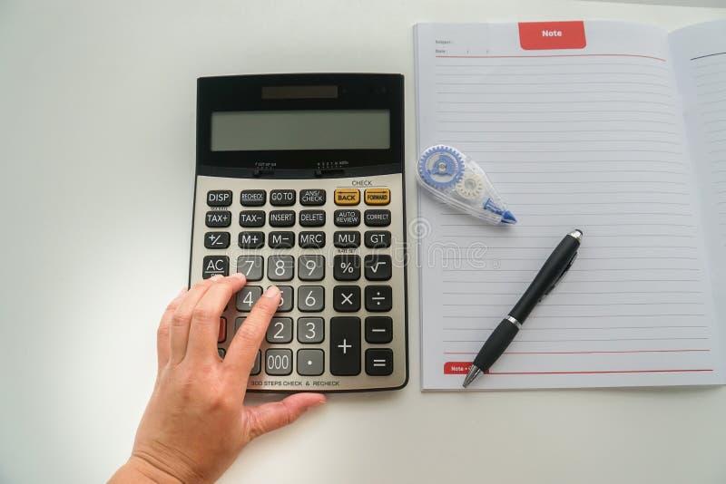 Odgórnego widoku księgowy z kalkulatora, pióra i korekci fluidem dla, zdjęcia stock