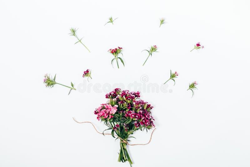Odgórnego widoku lata skład bukiet i mali różowi kwiaty obraz stock