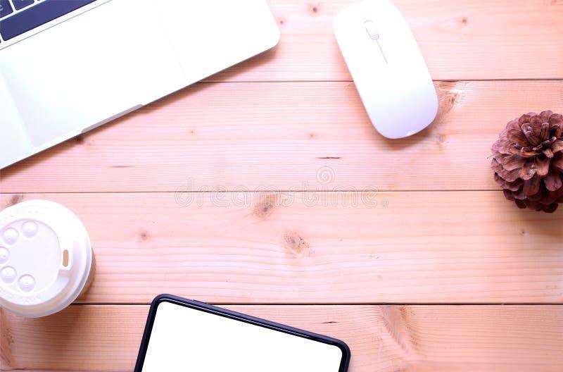 Odgórnego widoku mieszkania biura stołu nieatutowy biurko workspace z notatnikiem, sm zdjęcia stock
