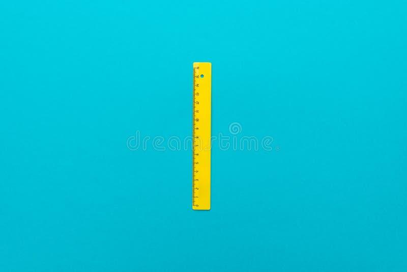 Odgórnego widoku minimalistyczna fotografia żółta plastikowa władca z środkowym składem obrazy royalty free