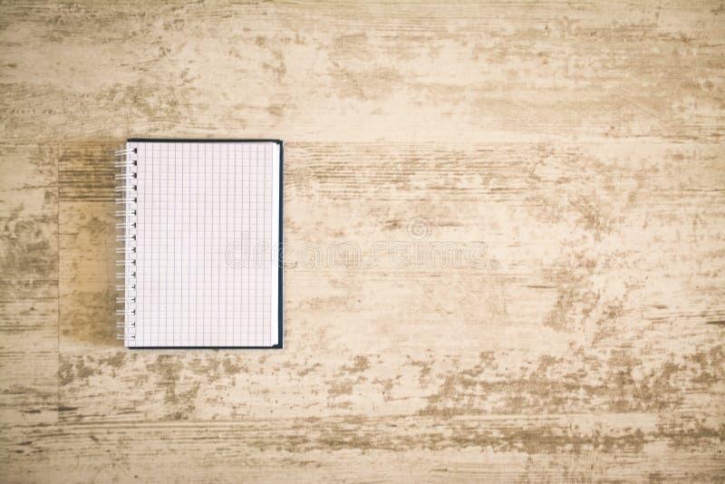 Odgórnego widoku mockup rozpieczętowany katalog z białą pustą stroną zdjęcia stock