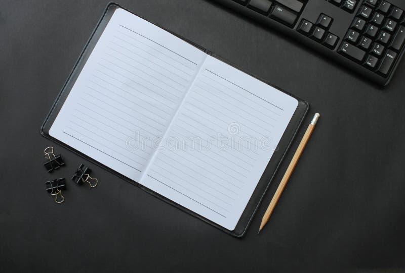 Odgórnego widoku notatnik i ołówek klawiatura z akcesoriami umieszczającymi dalej obraz royalty free