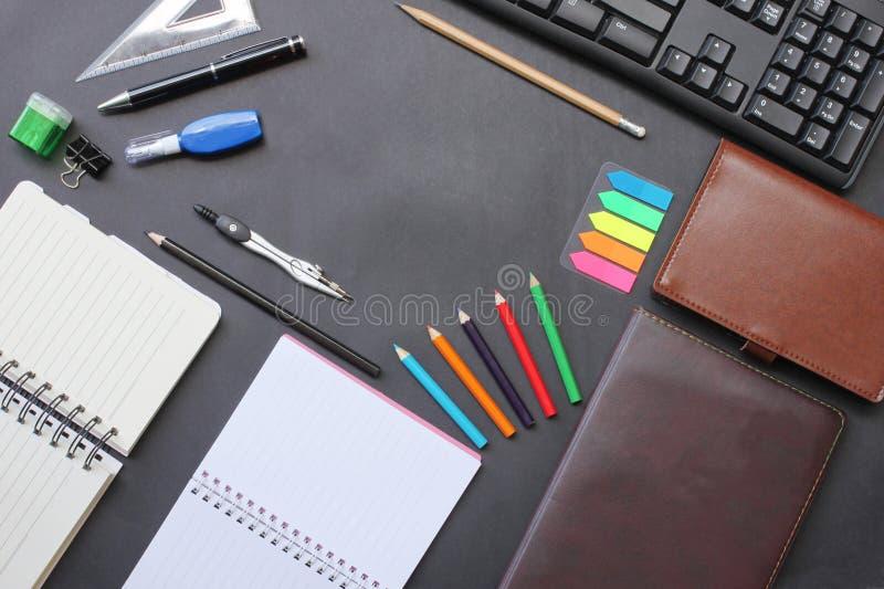 Odgórnego widoku notatnik i ołówek klawiatura z akcesoriami umieszczającymi dalej zdjęcia stock