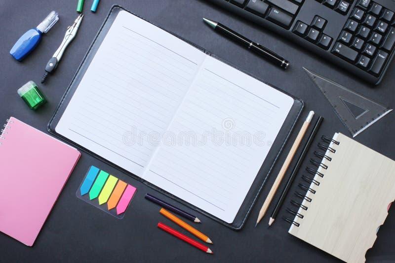 Odgórnego widoku notatnik i ołówek klawiatura z akcesoriami umieszczającymi dalej obrazy stock