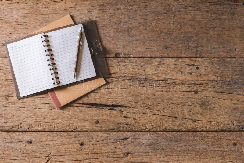 Odgórnego widoku pióro, notatnik, szkła, kalkulator, smartphone na drewnianym stole i kopii przestrzeń, obraz royalty free