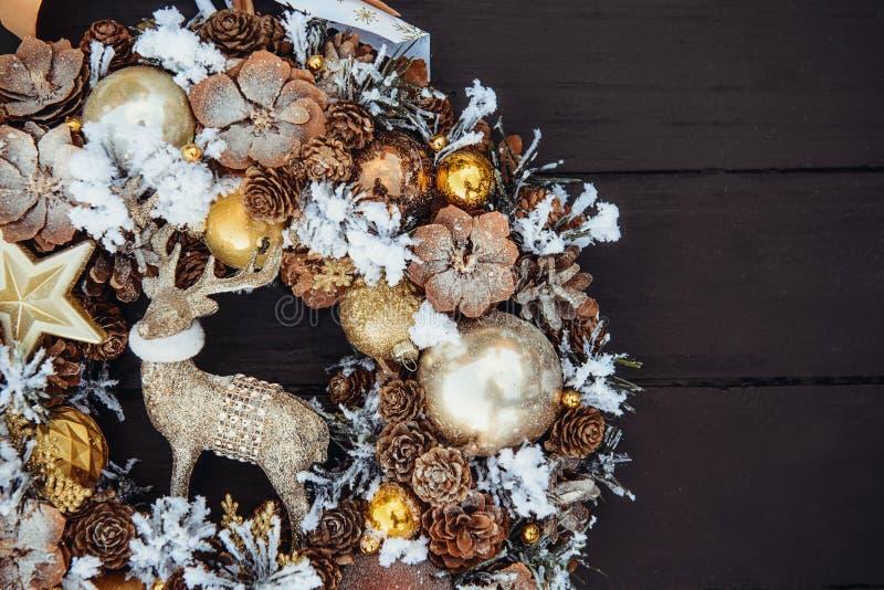 Odgórnego widoku Piękny ręcznie robiony złoty Bożenarodzeniowy wianek dekorujący z sosną konusuje, ornamentals, świerczyn gałąź,  zdjęcia stock
