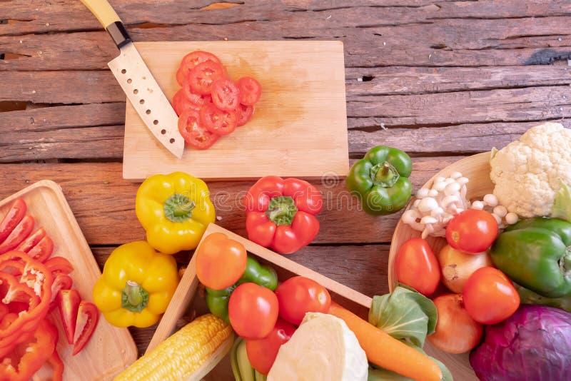 Odgórnego widoku pomidor pokrajać na tnącej desce obrazy stock