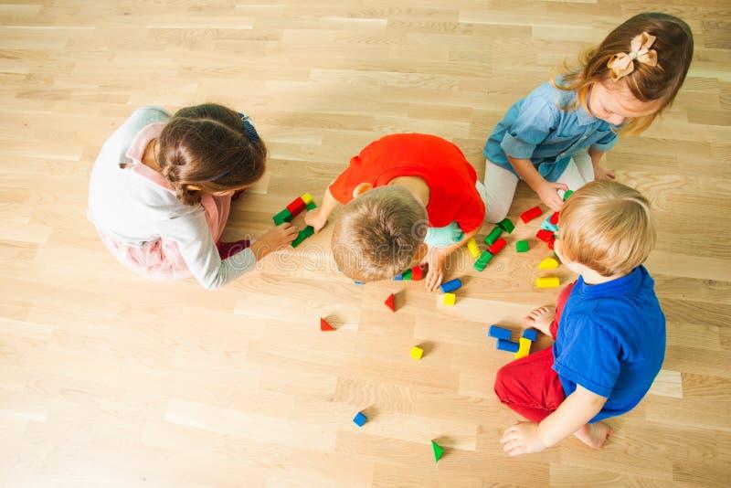Odgórnego widoku portret cztery dzieciaka na podłodze zdjęcia royalty free