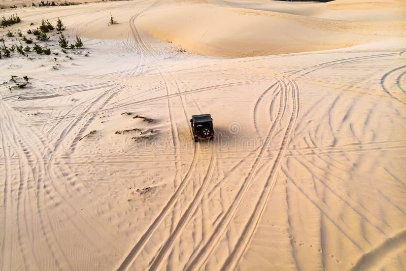 Odgórnego widoku powietrzna fotografia od latającego trutnia fachowy kierowca ma niebezpieczną przejażdżkę z samochodem w pustyni fotografia stock