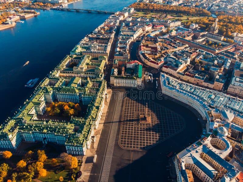 Odgórnego widoku powietrzny truteń na pałac kwadracie, kolumnie, polu Mars i moście nad Neva rzeką, stanu eremu muzeum, Aleksande fotografia stock