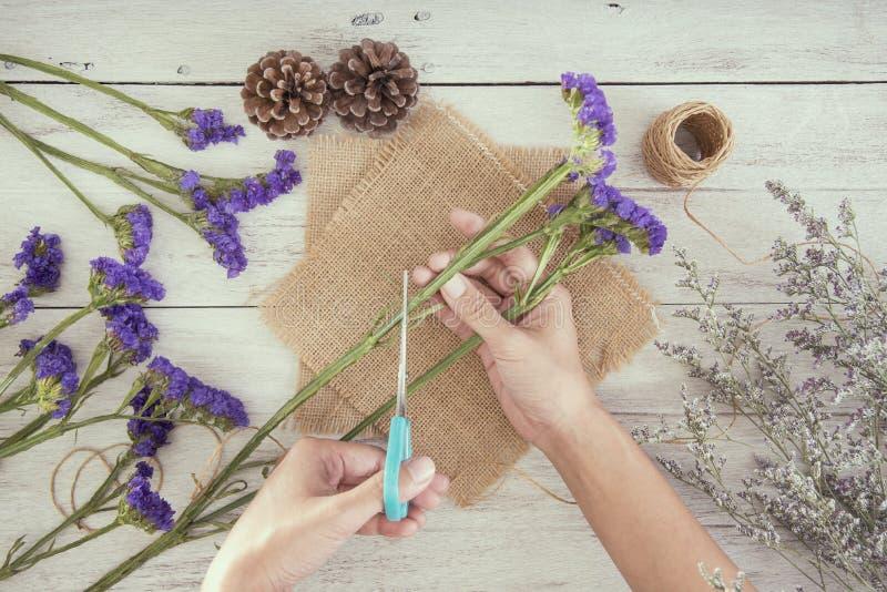 Odgórnego widoku ręka tworzy bukiet kwiat kobiety kwiaciarnia zdjęcie stock