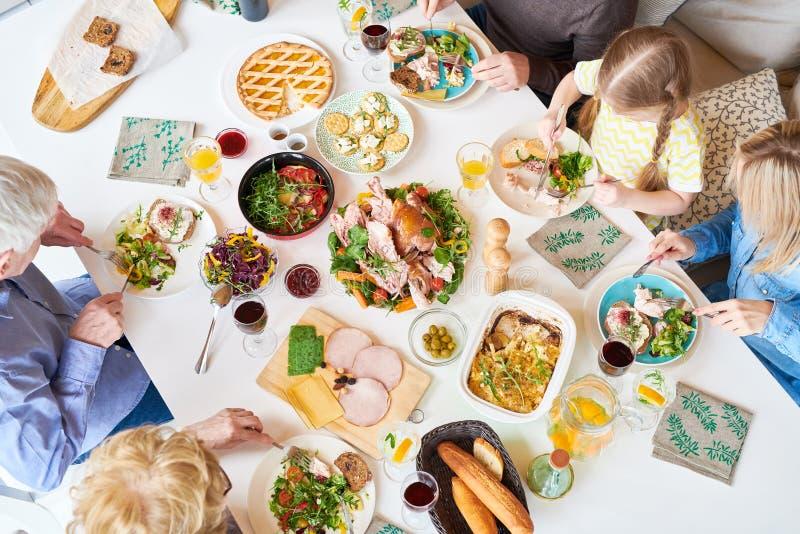 Odgórnego widoku rodziny gość restauracji obraz royalty free