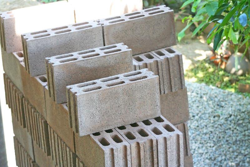Odgórnego widoku sterty betonowi bloki przygotowywają dla budować dom fotografia stock