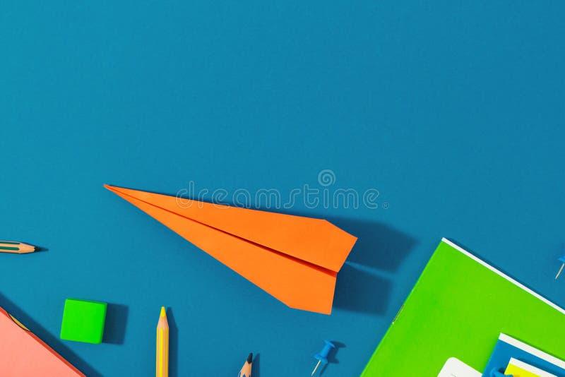 Odgórnego widoku szkoły tła mieszkanie nieatutowy szkoła papierowego samolotu szkolne dostawy z powrotem obrazy stock