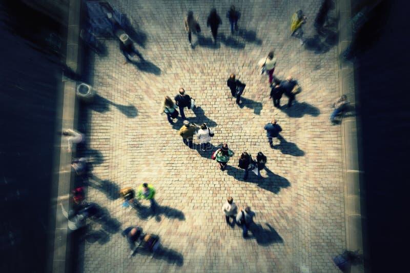 Odgórnego widoku tłum na moscie z unrecognizable twarzami obraz stock