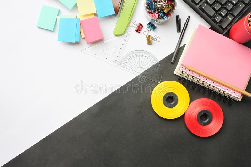Odgórnego widoku twórczości edukacyjny wyposażenie i biznes na de obraz stock