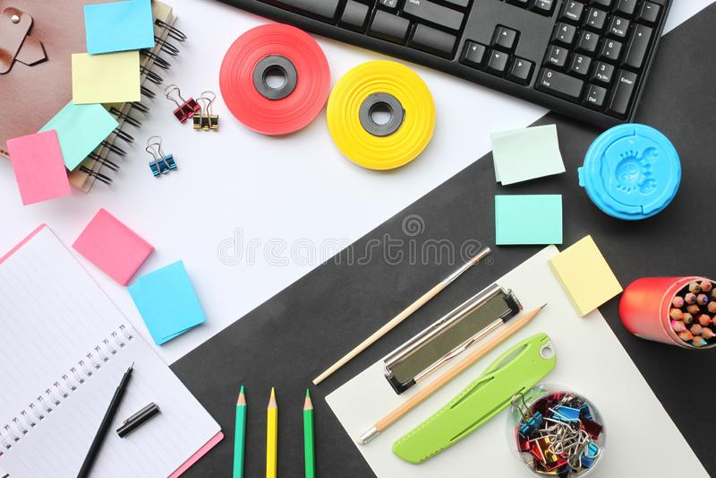 Odgórnego widoku twórczości edukacyjny wyposażenie i biznes na de zdjęcie stock