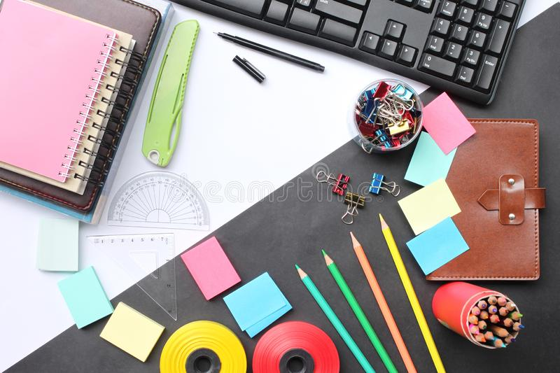 Odgórnego widoku twórczości edukacyjny wyposażenie i biznes na de zdjęcia royalty free