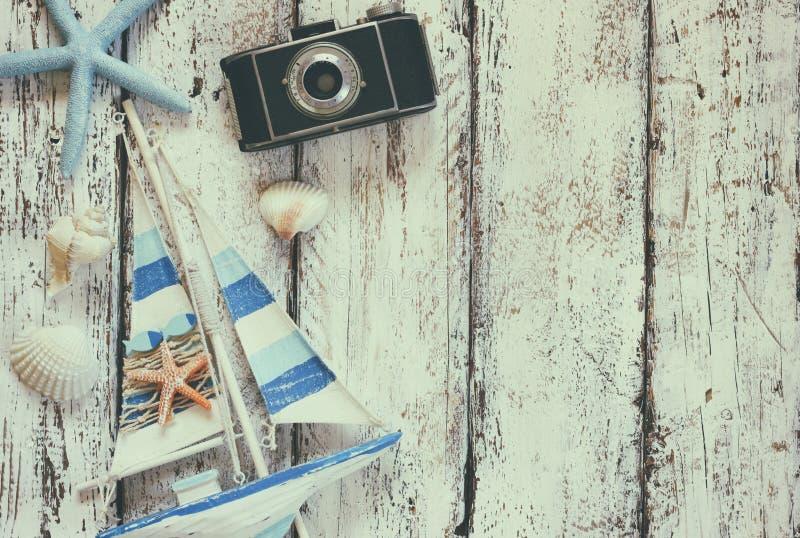 Odgórnego widoku wizerunek fotografii kamera, drewniana łódź, morze skorupy i gwiazda, łowimy nad drewnianym stołem obrazy royalty free