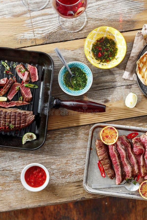 Odgórnego widoku wołowiny stku grilla kurczaka stku grilla drewniany stołowy kumberland zdjęcia stock