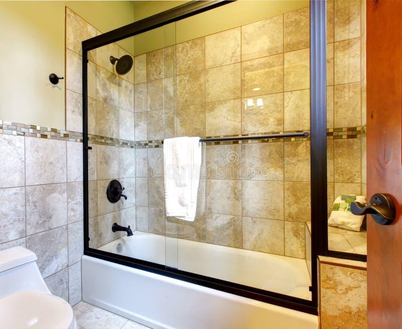 Odgórnej ilości prysznic kąpielowa balia z kamieniem fotografia royalty free