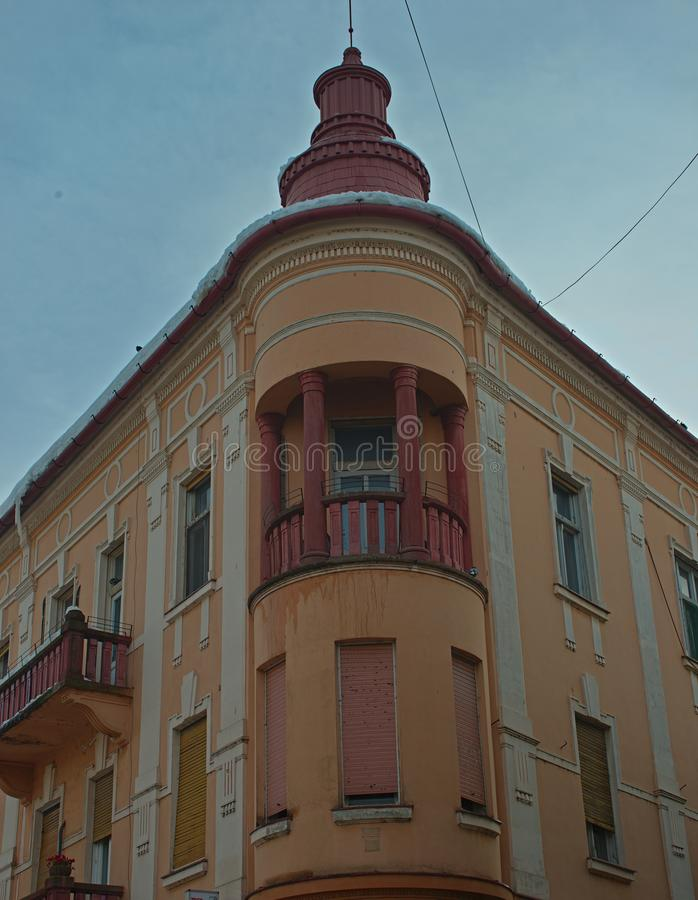 Odgórny kąt starego stylu budynek z pomarańczową fasadą obraz royalty free