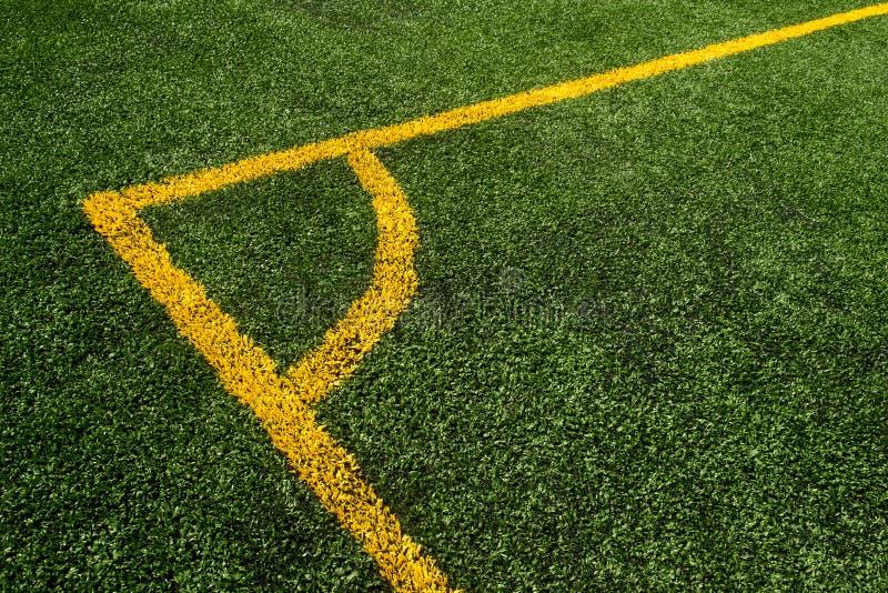 Odgórny puszka kąta widok żółta linia na zielonym boisko do piłki nożnej zdjęcia stock