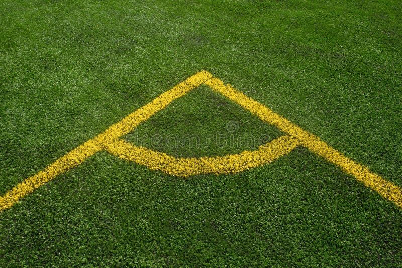 Odgórny puszka kąta widok żółta linia na zielonym boisko do piłki nożnej fotografia stock