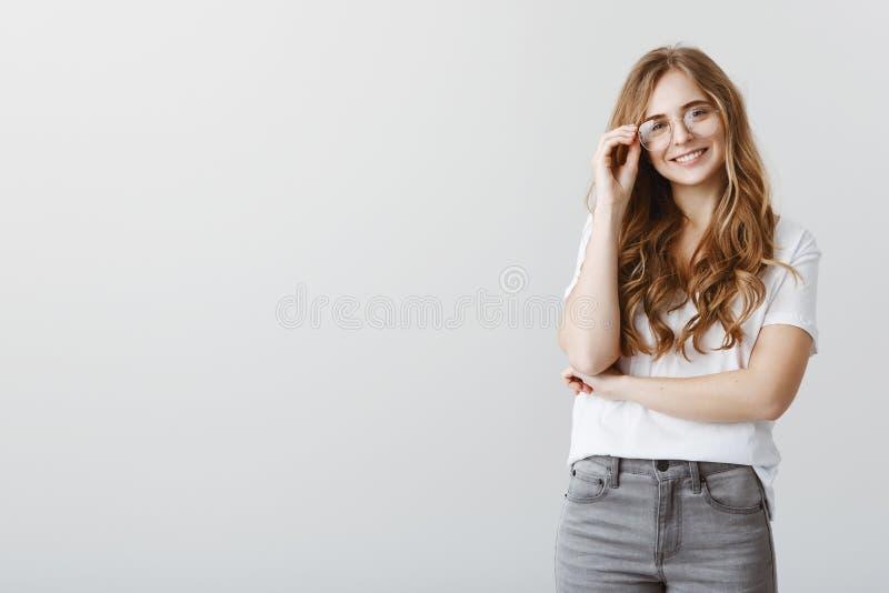 Odgórny uczeń w universite dostaje nagrodę Rozochocona beauitful blond dziewczyna w modnych szkłach, trzyma obręcz i ono uśmiecha obraz royalty free