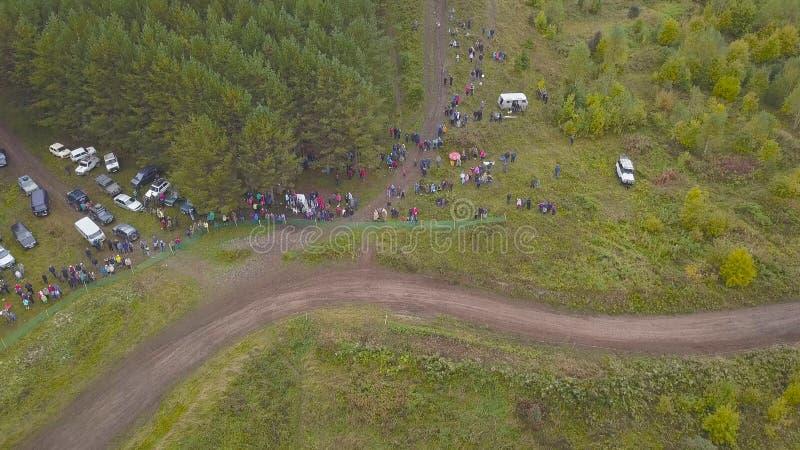 Odgórny widok ściga się z SUVs droga klamerka Widok ściga się w lesie przeciw tłumom fan kończyć SUV fotografia royalty free