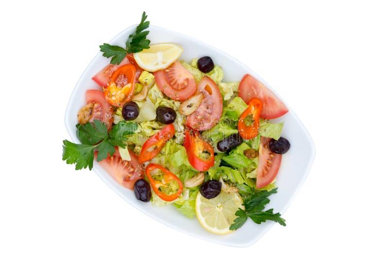 Odgórny widok świeża Śródziemnomorska sałatka z Czystym oliwa z oliwek obrazy royalty free
