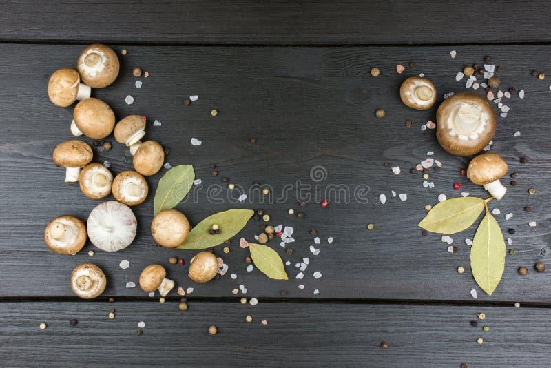 Odgórny widok świeże pieczarki z peppercorn mieszanką, podpalani liście, gar fotografia royalty free